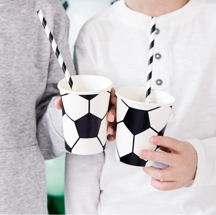 Jednorazowe kubeczki papierowe na urodziny , z nadrukiem w formie piłki nożnej
