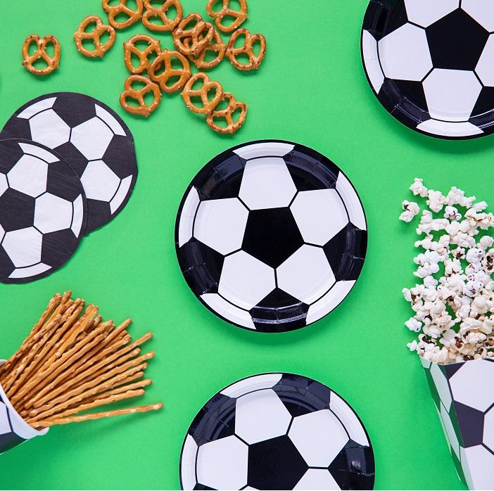 Papierowy talerzyk jednorazowy w kształcie piłki do footbolu, w kolorach biało czarnych