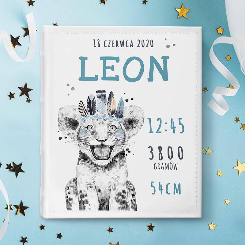 Album na zdjęcia dla dziecka z motywem lwiątka na okładce, imieniem dziecka oraz jego metryczką.