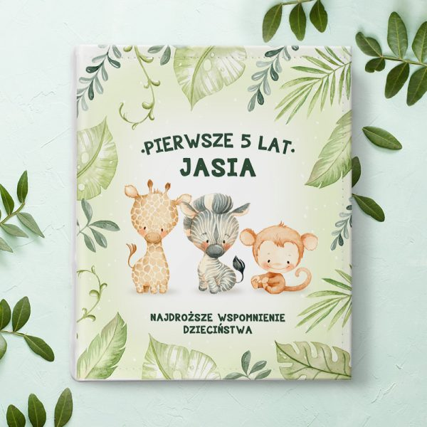 Dziecięcy album fotograficzny dla dziecka ze zwierzątkami na okłądce i imieniem dziecka.