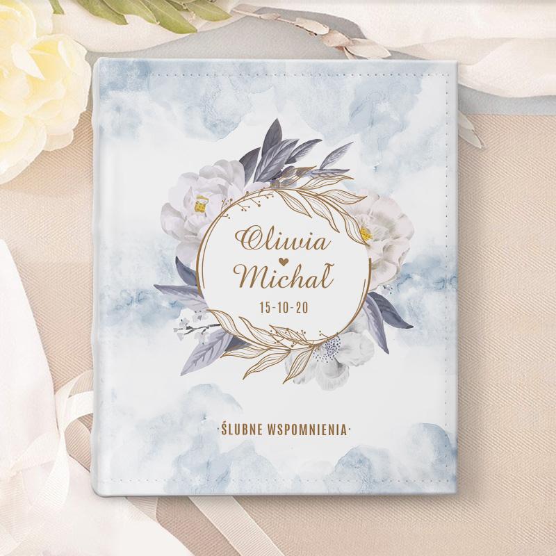 Album na zdjęcia ślubne w białej okładce z ekoskóry. Na okładce znajduje się piękne akwarelowe tło w najmodniejszym odcieniu dusty blue., prezent dla Młodej Pary