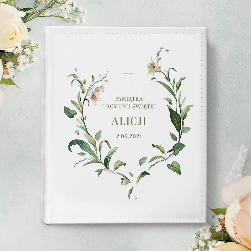 piękny, prostokątny album w sztywnej, śnieżnobiałej oprawie z ekoskóry, pamiatka I Komunii Świętej