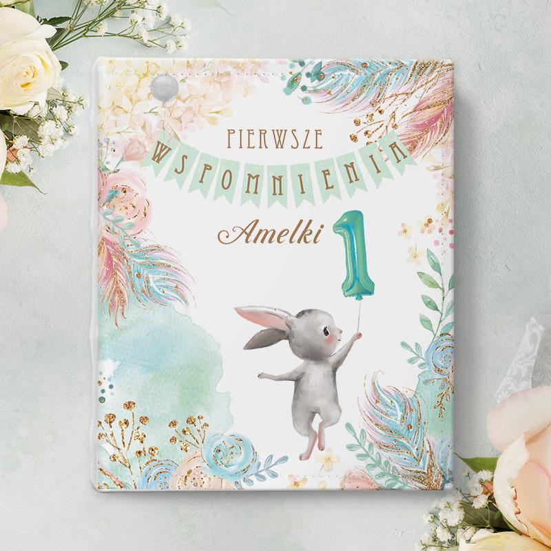Album na zdjęcia dla dziecka z okazji pierwszych urodzin, z grafiką wesołego zajączka na okładce
