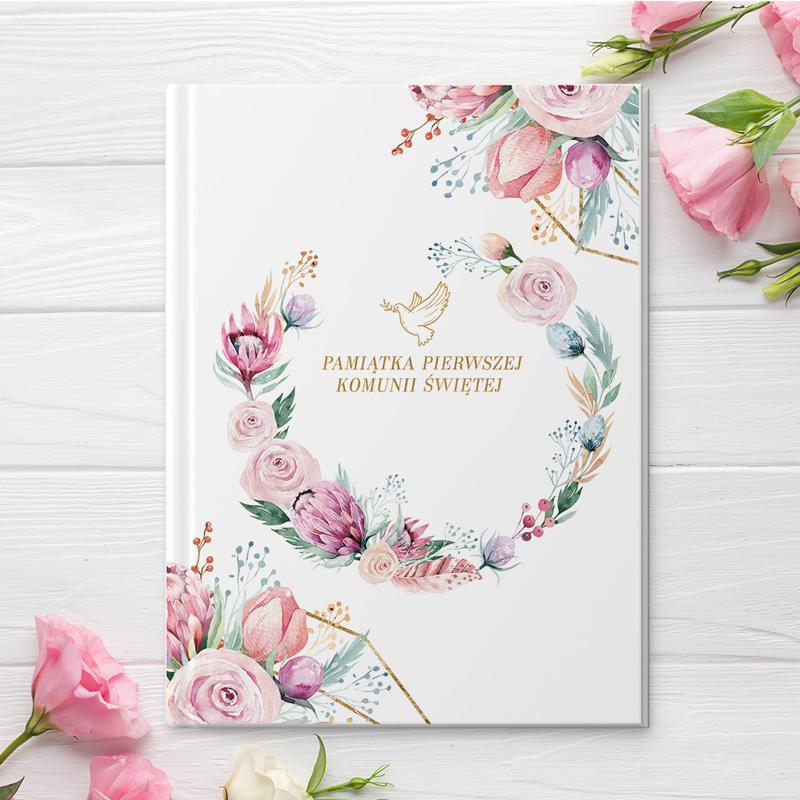 Biblia z wiankiem z kwiatów i tytułem pamiątka Pierwszej Komunii Świętej na białym tle okładki