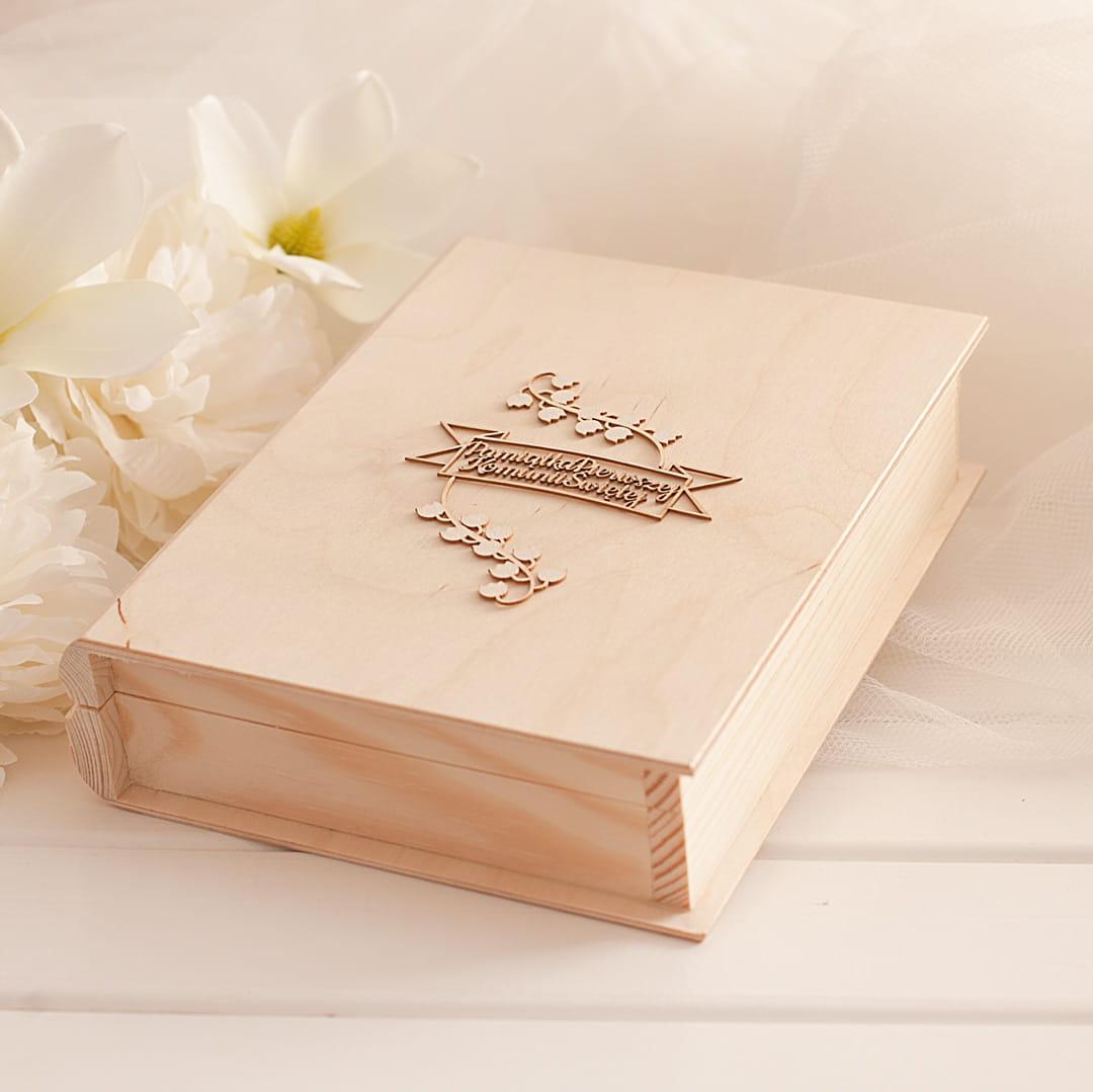 Zdjęcie w galerii - Księga drewniana skrzynka z Biblią, Pamiątka I Komunii Św.