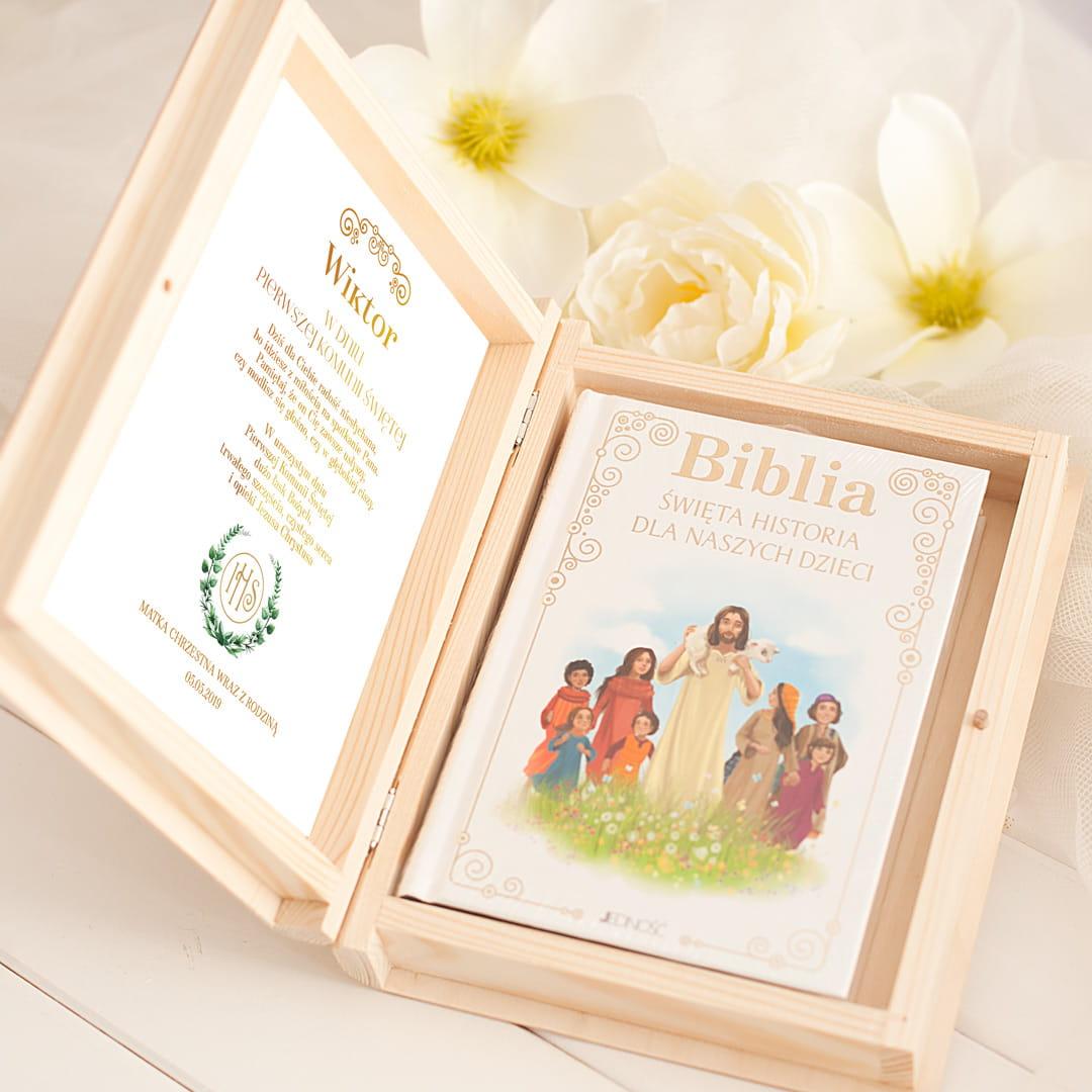 skrzynka drewniana z biblią ilustrowaną dla dzieci, prezent na komunię świętą