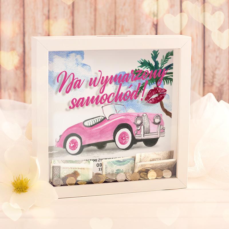 Skarbonka 3D z różowm napisem Na wymarzony samochód i różowym kabrioletem w tle z egzotyczną palmą