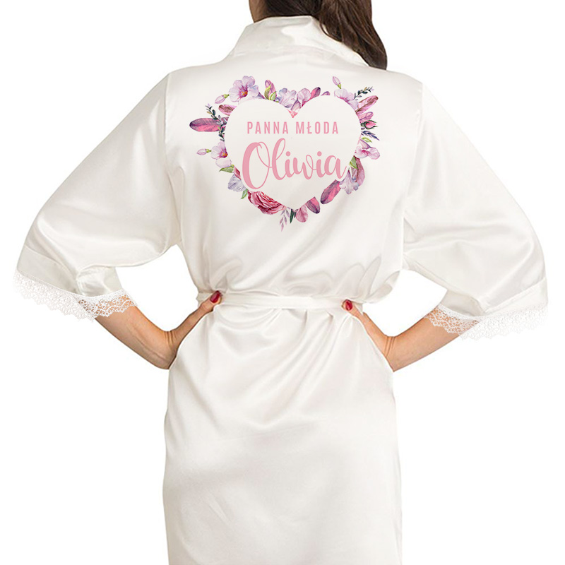 """Satynowy szlafrok w kolorze ecru z koronką na rękawach, na plecach ozdobne, kwiatowe serce, w środku napis """"Panna Młoda+imię"""""""