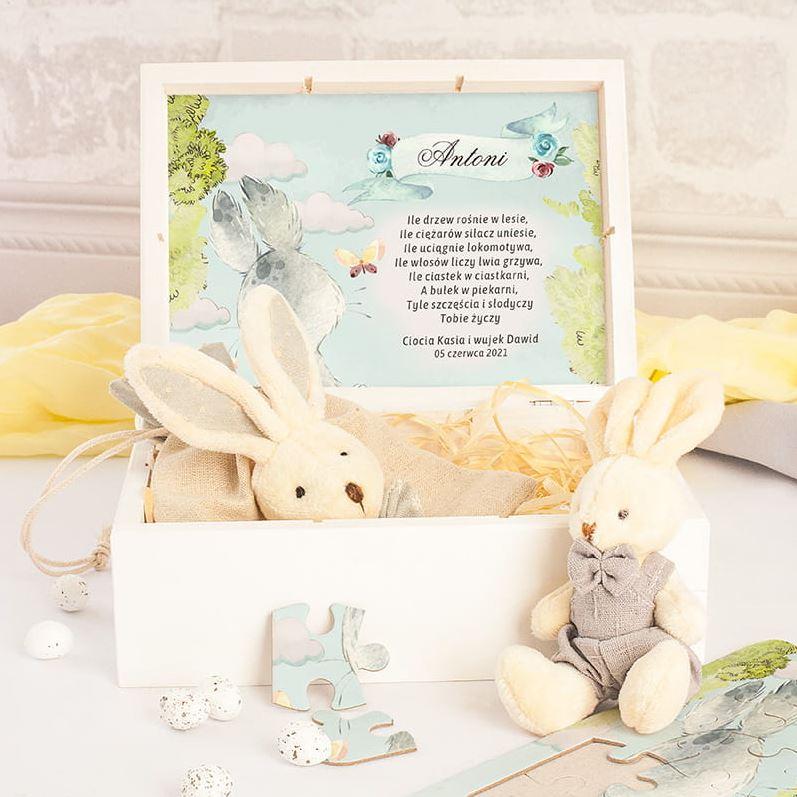 Drewniana skrzyneczka z prezentami dla chłopca. Zabawki na Wielkanoc dla dziecka, maskotka króliczek, puzzle dziecięce.