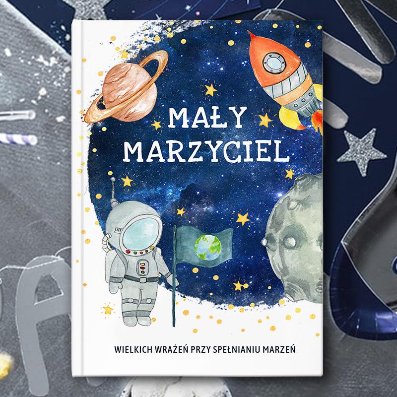 Granatowa okładka książki z motywem kosmosu i miejscem na imię dziecka
