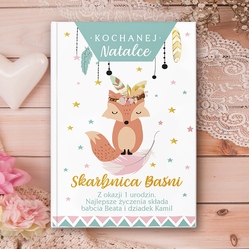 Bajki dla dzieci z okładką na której jest dedykacja urodzinowa z imieniem dziecka. Główną postacią na okładce jest uroczy lisek wśród pastelowych dekoracji.