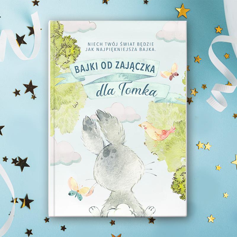 Książka z okładką z imieniem dziecka, dedykacją od zająca i rysunkiem zająca.