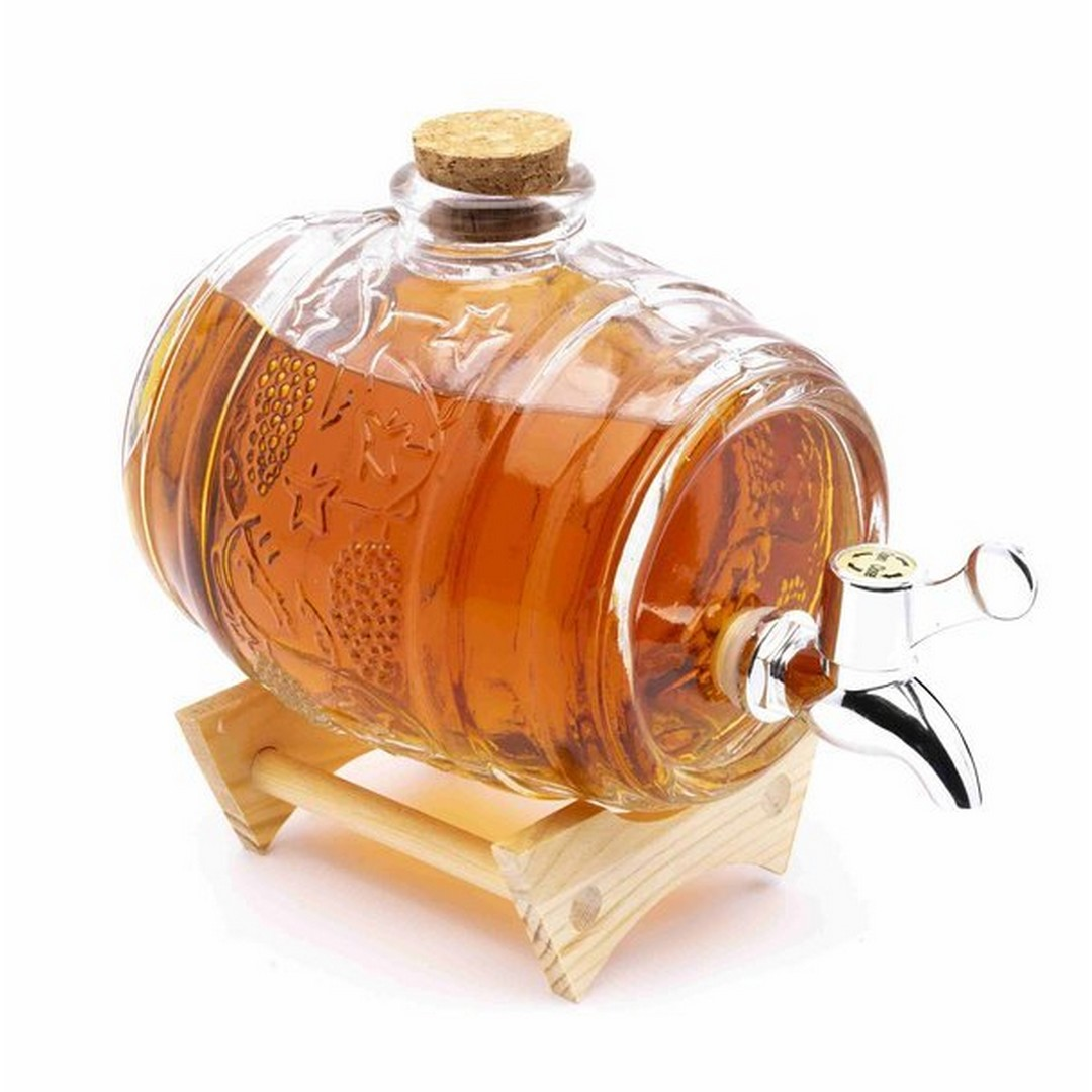 Szklana beczka na stojaku z korkiem i kranikiem, wypełniona jest whisky.