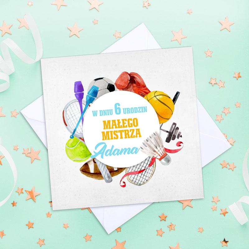 Kartka urodzinowa ze sportowymi elementami na białej okładce, W środku jest napis W dniu urodzin małego mistrza.