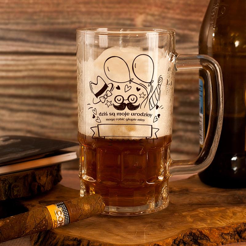 Szklany kufel na piwo z uchem. Na kuflu jest napis Dziś są moje urodziny mogę robić głupie miny.