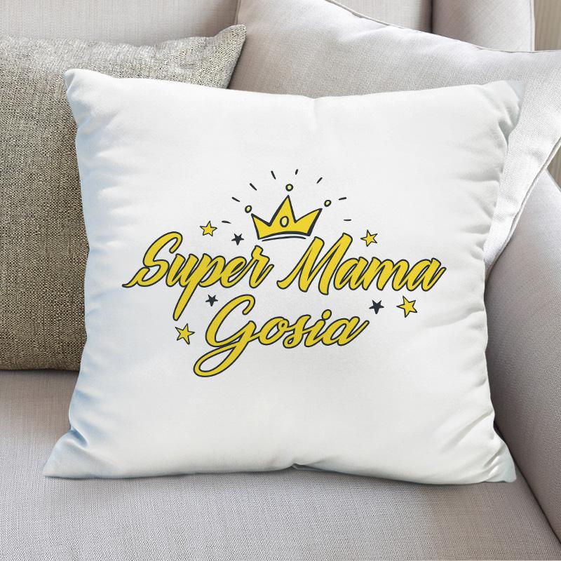 Biała poduszka z żółtym napisem Super mama z imieniem. Nad napisem jest korona i kilka żółtych gwiazdek.