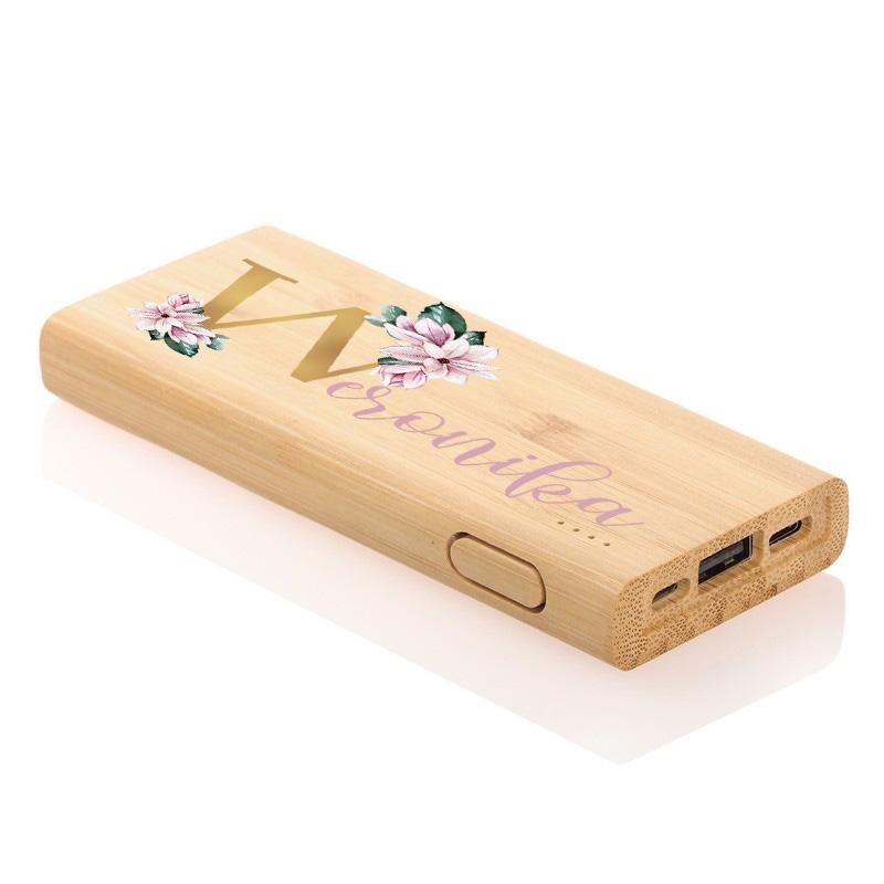 Bambusowy powerbank personalizowany z kwiatową grafiką oraz imieniem kobiety
