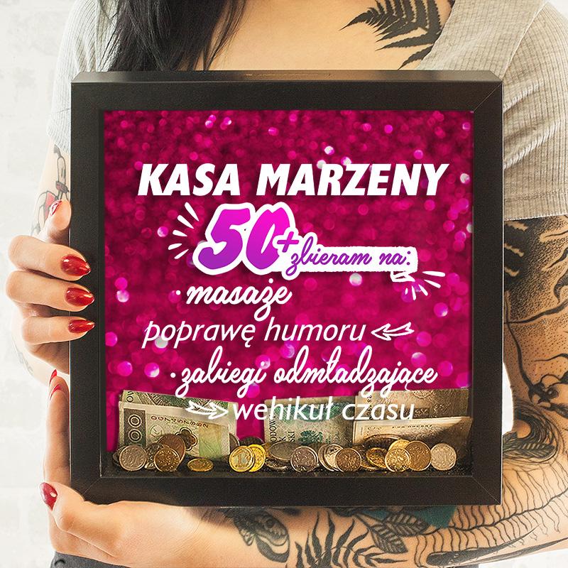 Skarbonka 3D w ramce - prezent urodzinowy dla kobiety. Rózowe brokatowe tło i zabawne napisy. Na 50 urodziny.
