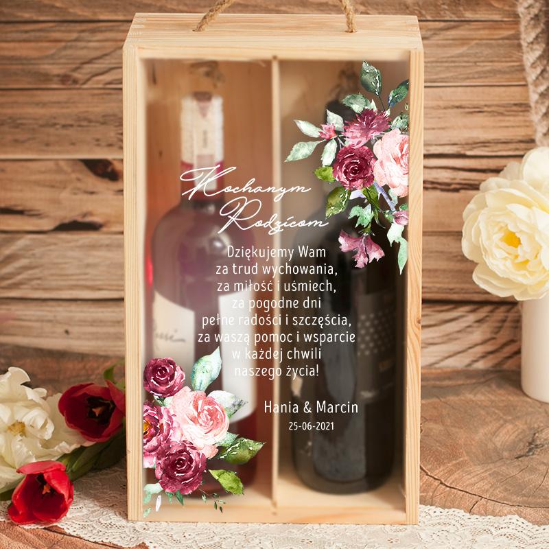 drewniana skrzynka na dwa wina z personalizowaną dedykacją na przedniej ściance, która jest przezroczysta. Na szybce jest nadruk z żyzeniami oraz podpisem i datą.