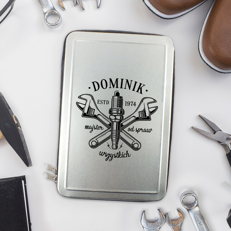 Srebrna skrzynka z narzędziami i nadrukiem dla majsterkowicza z kluczami francuskimi, imieniem i datą urodzenia.