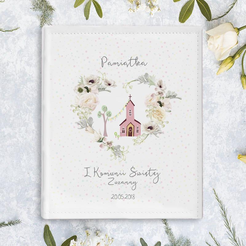 Album na zdjęcia z personalizowaną okładką z nadrukiem w postaci kościółka i napisem z dedykacją, imieniem dziecka oraz datą.