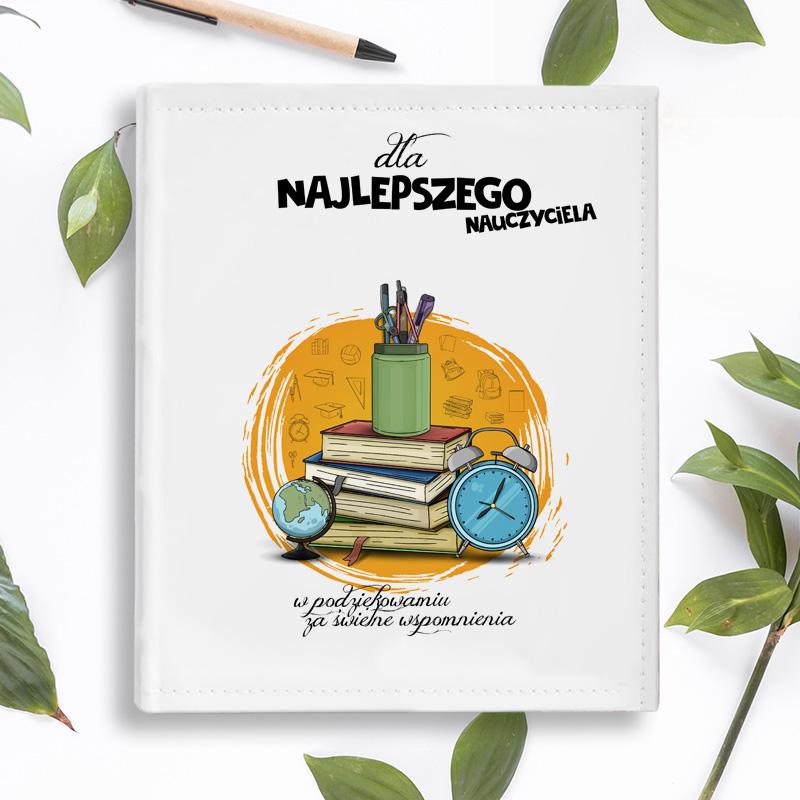 ALBUM Podziękowania dla Nauczyciela Globus do personalizacji z motywem globusu, książek, budzika i organizera do artykułów biurowych.