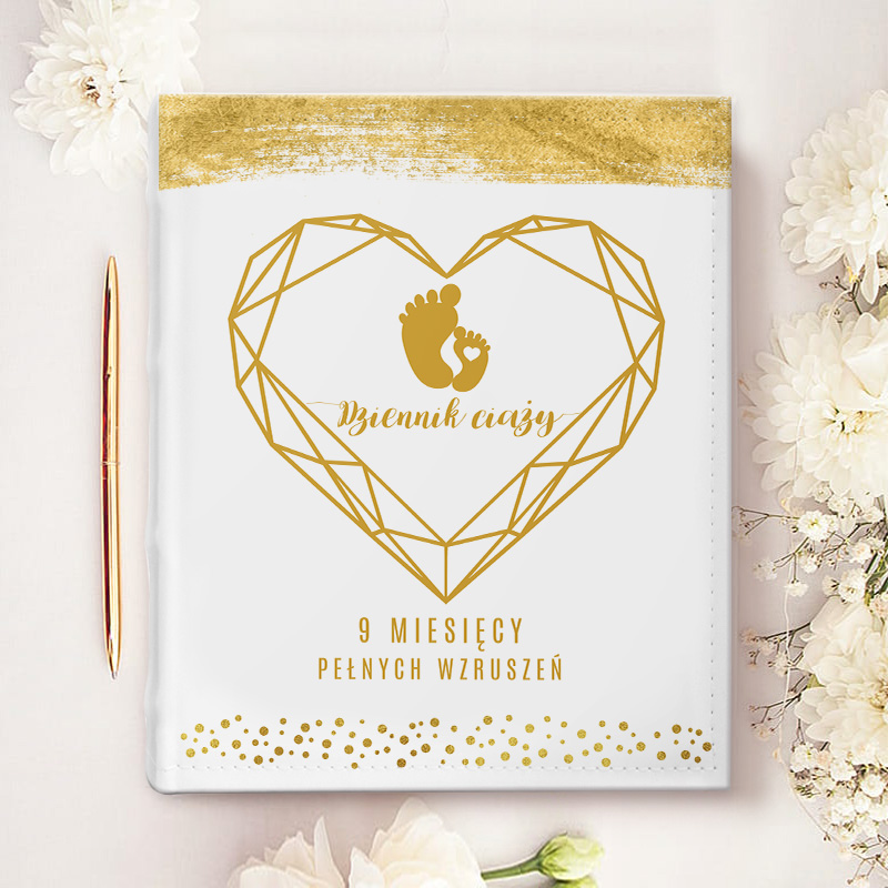Album na zdjęcia z personalizowaną okładką, na której umieścimy imię mamy. Wokół znajduje się duże, złote geometryczne serce.