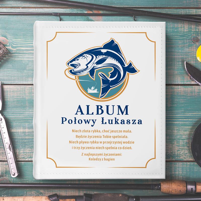album na zdjęcia, z grafiką wędkarza i wielkiej ryby , z napisem Album połowy + imię solenizanta, z personalizowanymi życzeniami