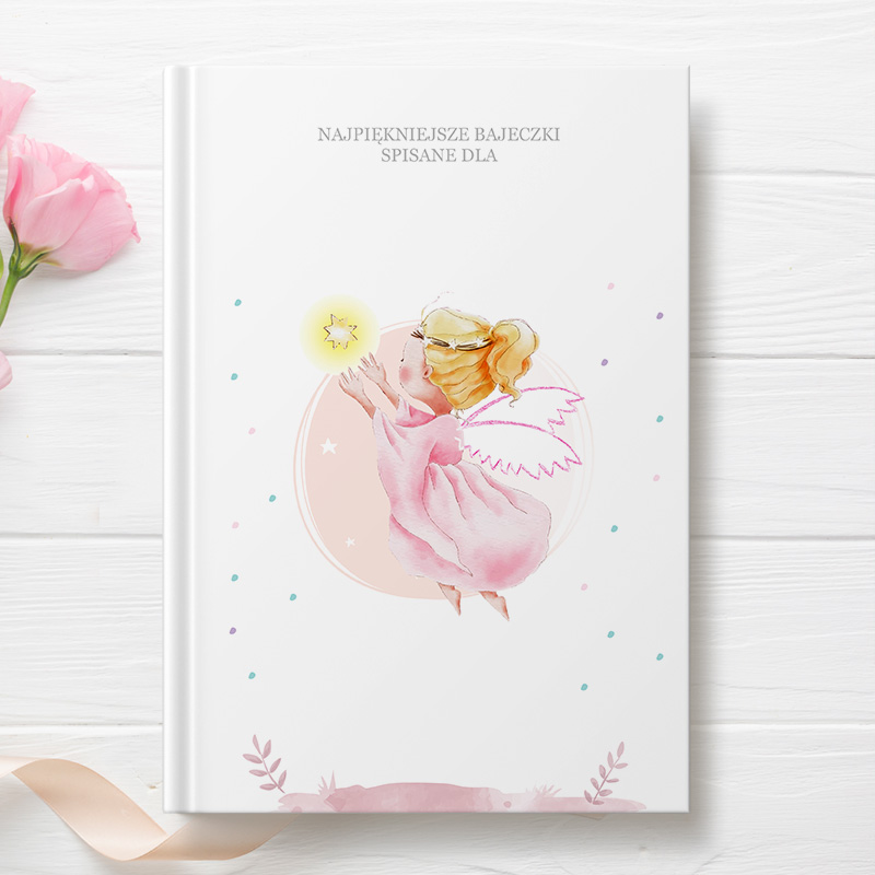 Książka z bajkami dla dziewczynki na okładce z dobrą wróżką bez jeszcze wprowadzonej personalizacji. Cały projekt graficzny utrzymany jest w pastelowych odcieniach różu dzięki czemu grafika jest dziecięca.