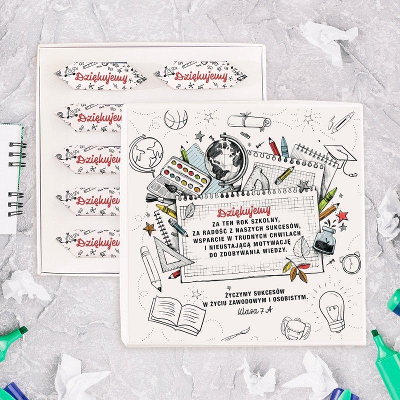 Bombonierka z krówkami dla nauczyciela na zakończenie roku z ozdobnymi rysunkami na każdym papierku krówki, z napisem dziękujemy oraz tekstem podziękowań na wieczku.