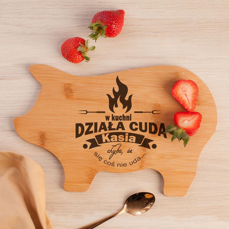 Deska drewniana w kształcie świnki z miejscem na personalizację i z zabawnym dopiskiem.
