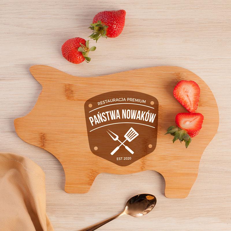Deska świnka drewniana z nadrukiem na powierzchni, który obejmuje nazwisko i datę. Najlepszy prezent ślubny.