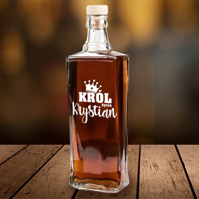 Szklana karafka na alkohol prezentowy z dużym białym napisem na froncie - król życia, nad którym znajduje się korona, poniżej jest imię.