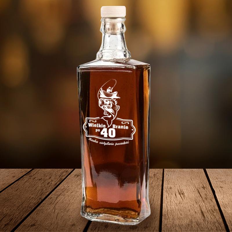 Szklana, smukła karafka na alkohol z dedykacją na urodziny dla wędkarza.