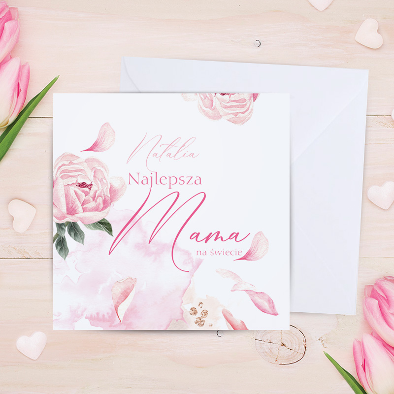 Kartka z życzeniami dla mamy w komplecie z kopertą. Na dekoracyjnej okładcej kartki znajduje się napis Najlepsza Mama na świecie + imię