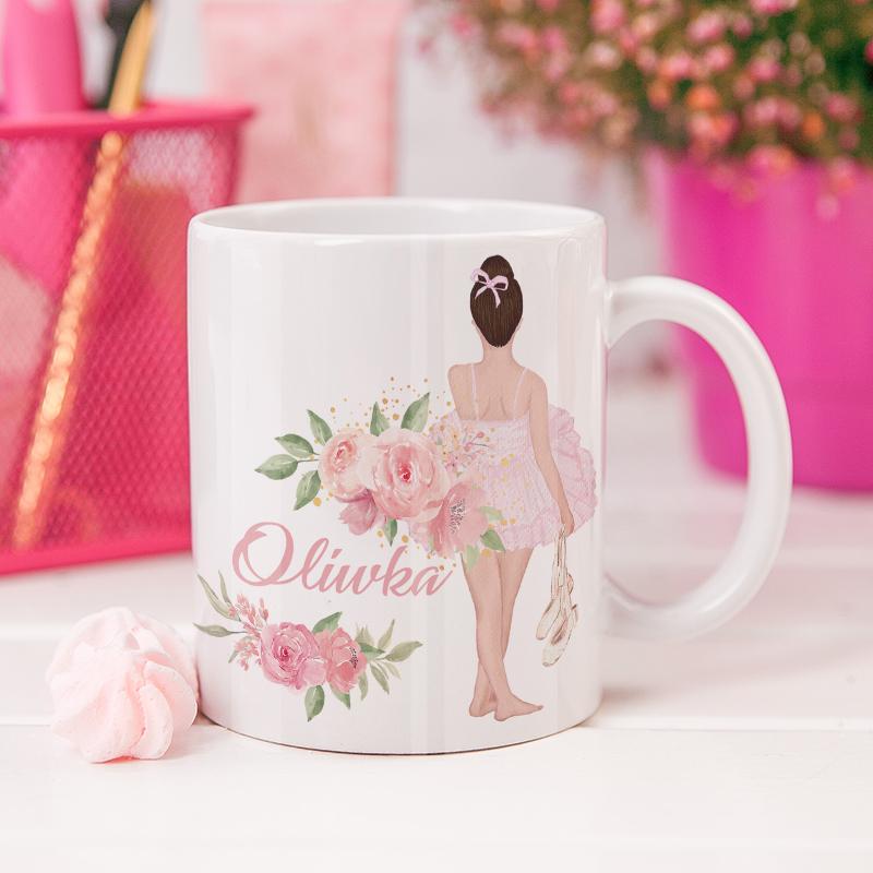 Ceramiczny kubek w kolorze białym z grafiką dziewczynki ubranej jak baletnica , z imieniem , ozodbiona pękami kwiatków, idealny prezent na Dzień Dziecka