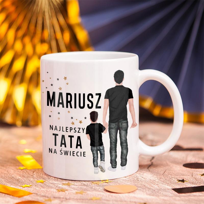 Ceramiczny kubek w kolorze białym z grafiką Taty i dziecka z napisem Najlepszy Tata na świecie, idealny prezent na Dzień Ojca