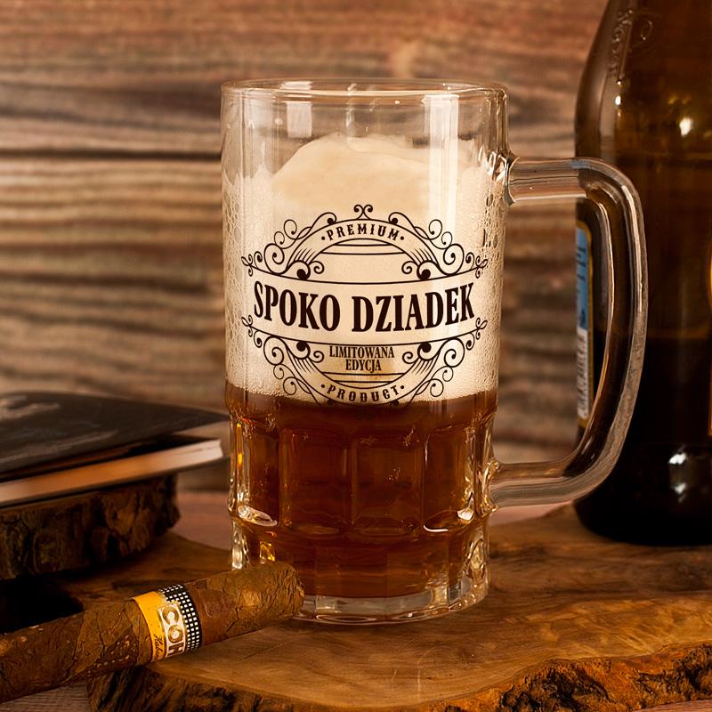 Kufel do piwa z dedykacją dla dziadka i napisem spoko dziadek w otoczeniu ornamentów. Na kuflu jest miejsce na imię dziadka