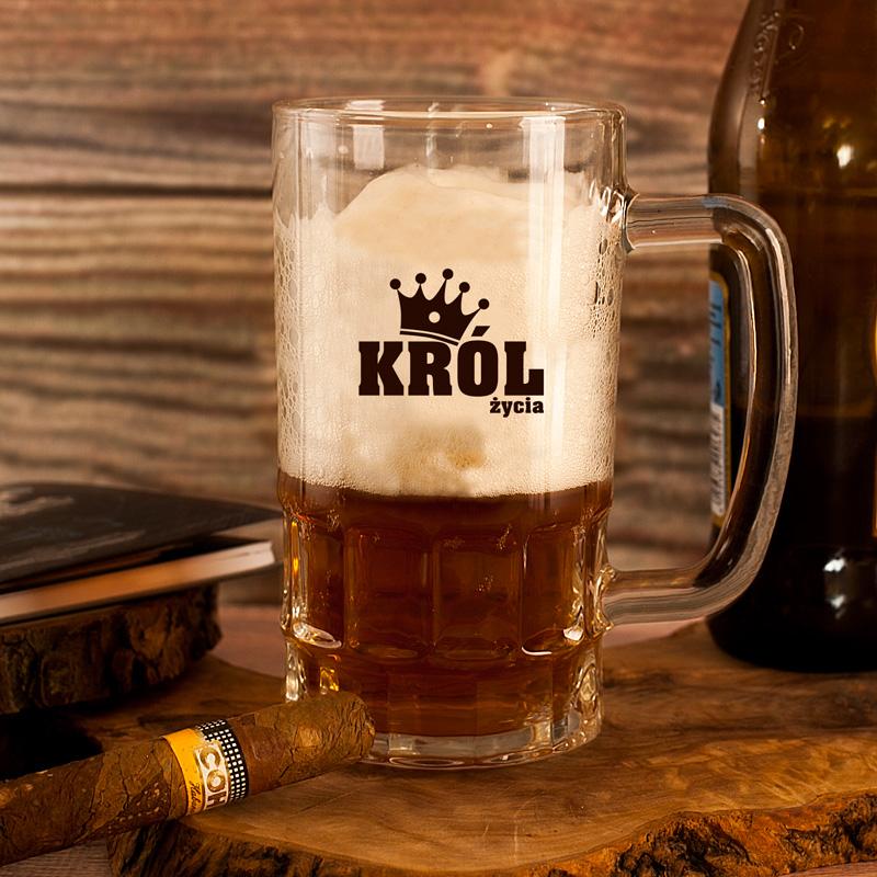 Szklany, wysoki kufel do piwa z czarnym napisem król życia oraz miejscem na dopisanie imienia.