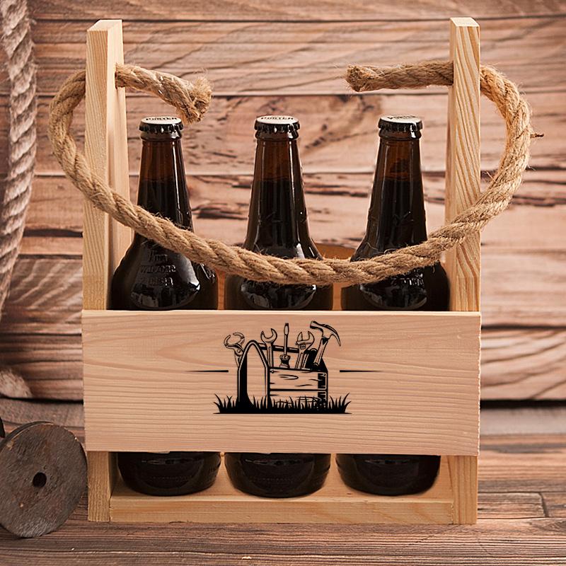 Drewniane nosidło z dekoracyjnym nadrukiem z imieniem i skrzynką z narzędziami.