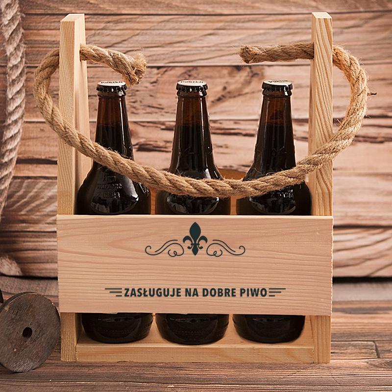 Drewniane nosidło na 6 piw z miejscem na imię taty oraz napisem zasługuje na dobre piwo.