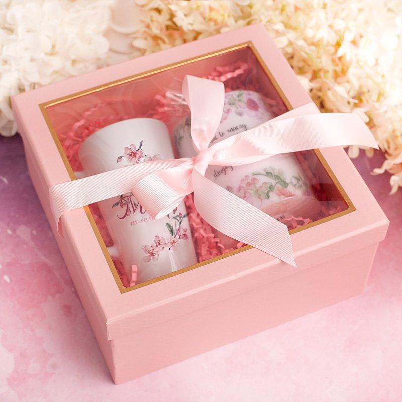Zestaw dla mamy w różowym pudełku. Wnętrze wypełniają kubek z napisem najlepsza mama na świecie oraz zapachowa, duża świeca.