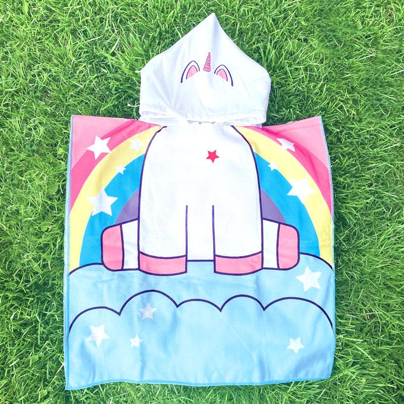 Ręcznik jednorożec z miejscem na imię dziecka z kapturem.