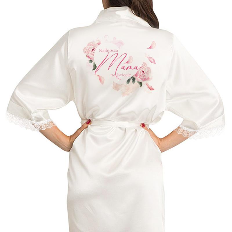 Satynowy szlafrok z personalizowanym nadrukiem na plecach, który przedstawia serce z kwiatów z napisem Najlepsza Mama na świecie. Wiązany na pasek