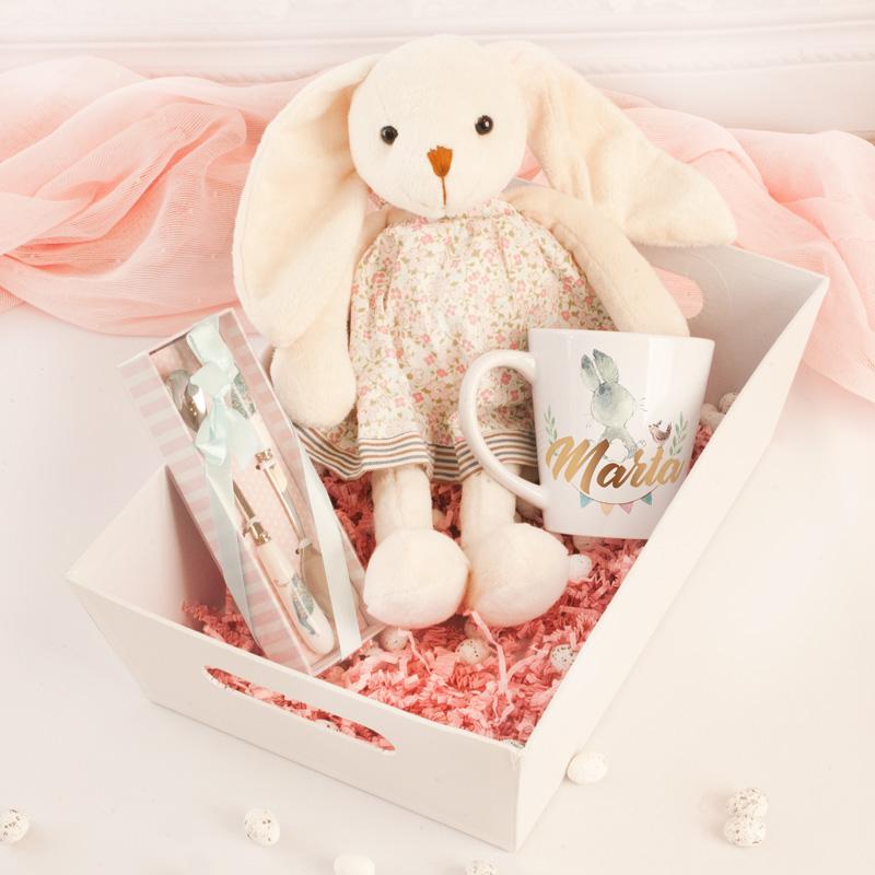 Zestaw prezentowy dla dziewczynki na urodzinki, w białej skrzyneczce znajduje się maskotka, kubek z imieniem dziewczynki oraz zestaw łyżeczek,