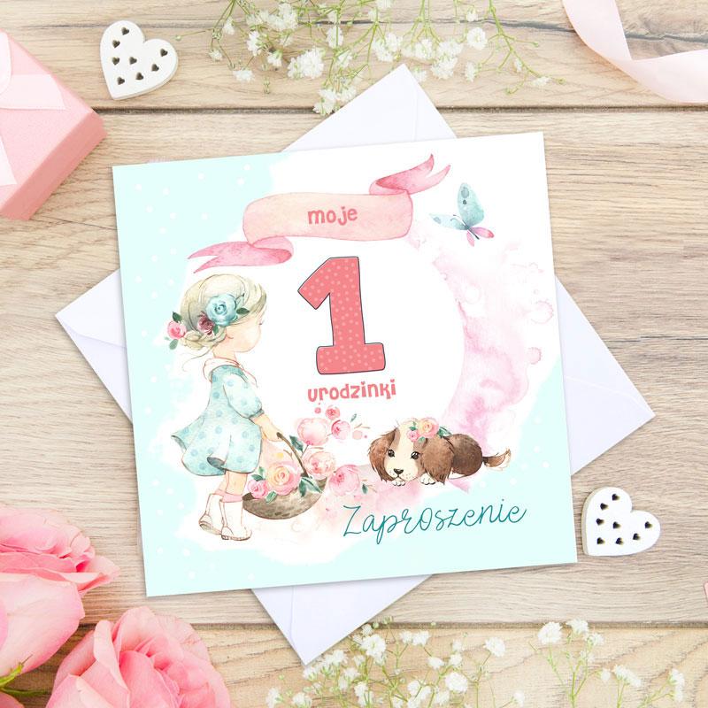 Uniwersalne zaproszenie na urodzinki dziewczynki, z piękną dzieciecą grafiką dziewczynka z koszkiem z kwiatami i pieskiem