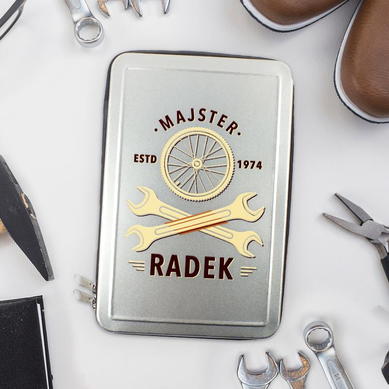 Srebrne pudełko - zestaw narzędzi dla rowerzysty. Na wieczku skrzynki jest dedykacja z imieniem i rokiem urodzenia. Zestaw dla faceta na urodziny.