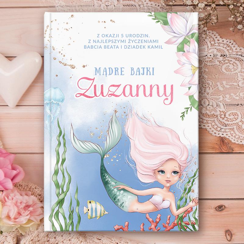 Książka z bajkami dla dzieci z kolorową okładką, na której znajduje się mała syrenka i rybka oraz personalizowana dedykacja dla dziewczynki.