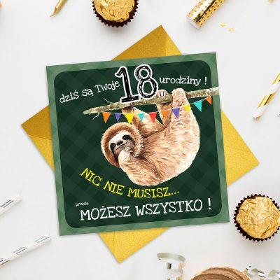 Kartka na urodziny z życzeniami na 18 urodziny. Na okładce znajduje się leniwiec na gałęzi, kartka ma zielone tło.