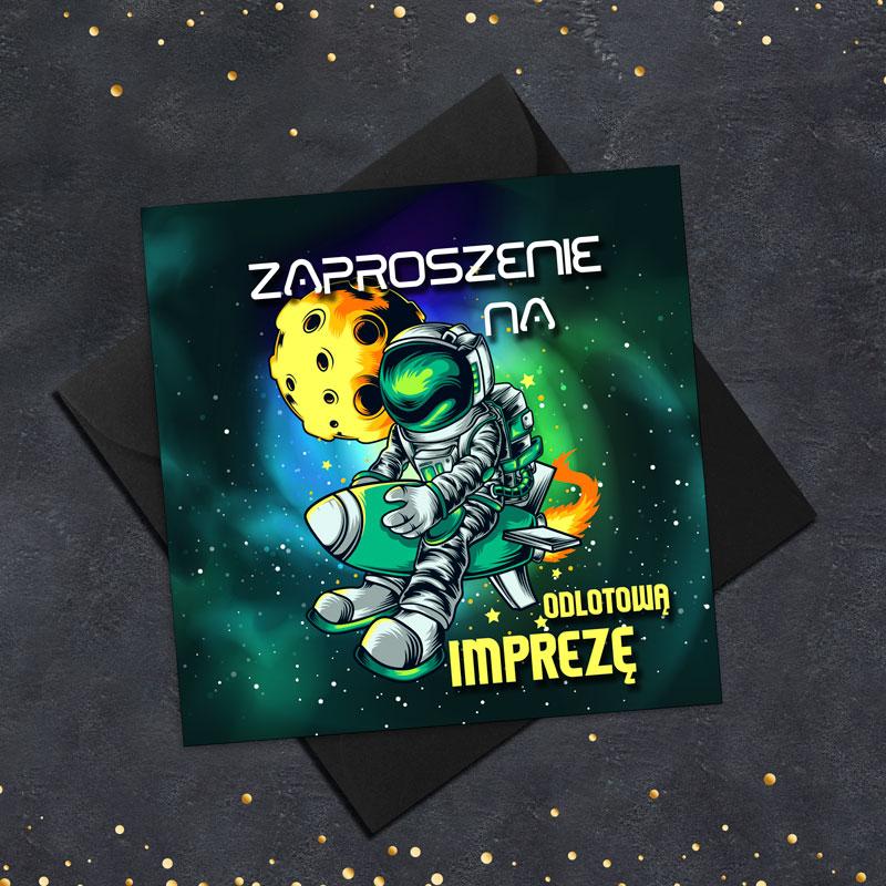 Zaproszenie na urodziny kwadratowe z ciemnym tłem oraz kosmiczną grafiką na której astronauta leci na rakiecie i obok jest meteor. Pod zaproszeniem leży czarna koperta.